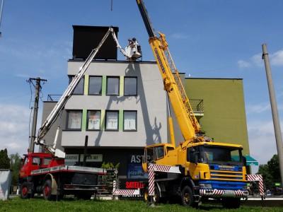 Osadenie a montáž reklamného panelu, Trnava (Žeriav - Scania LUNA GT 35_30, Plošina - TATRA CELLA 22m
