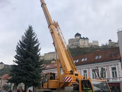 Osadenie vianočného stromčeka v Trenčíne na námestí so žeriavom mb luna at 40_35