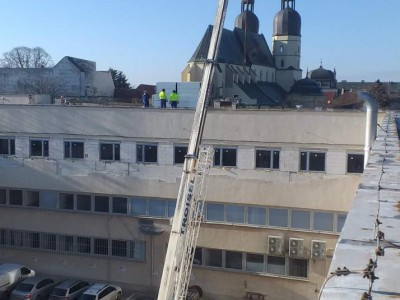 Vykladanie strešného materiálu v areáli telekomunikačných na starohajskej ulici v Trnave. Žeriav MB luna at 35-32