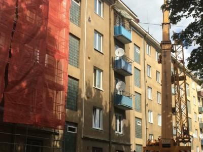 Vykladanie strešnej krytiny pri obnove bytového domu v Novej Dubnici