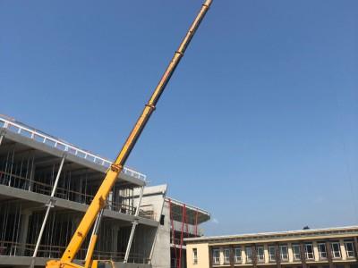 Výstavba budovy v Púchove so žeriavom MB LUNA AT 4035+krákorec