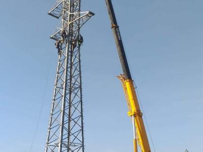 Stavanie elektrického stožiaru, ktorý bol 26 m vysoký, žeriavom LUNA AT 5040.